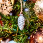 beau-gros-plan-ornement-blanc-autres-decorations-arbre-noel-lumieres_181624-21616